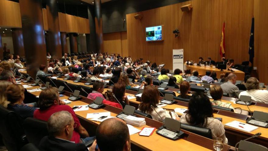 Numerosa asistencia a la I Jornada Parlamentaria de Protección Animal de la APDDA, celebrada en 2013.