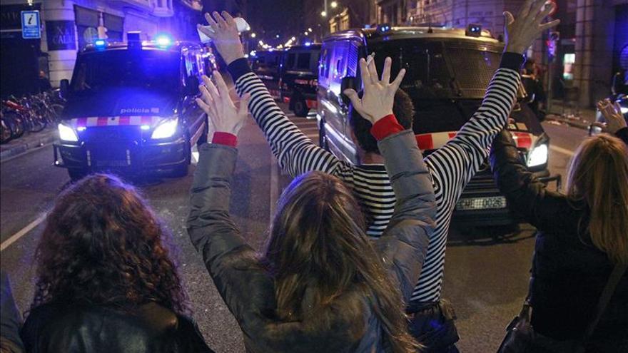 Los furgones policiales avanzan hacia los manifestantes / EFE