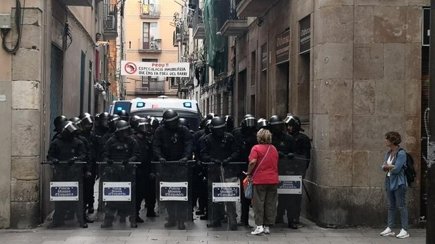 Antidisturbios cortan la calle Sant Bartomeu del Raval para llevar a cabo el desahucio de una familia