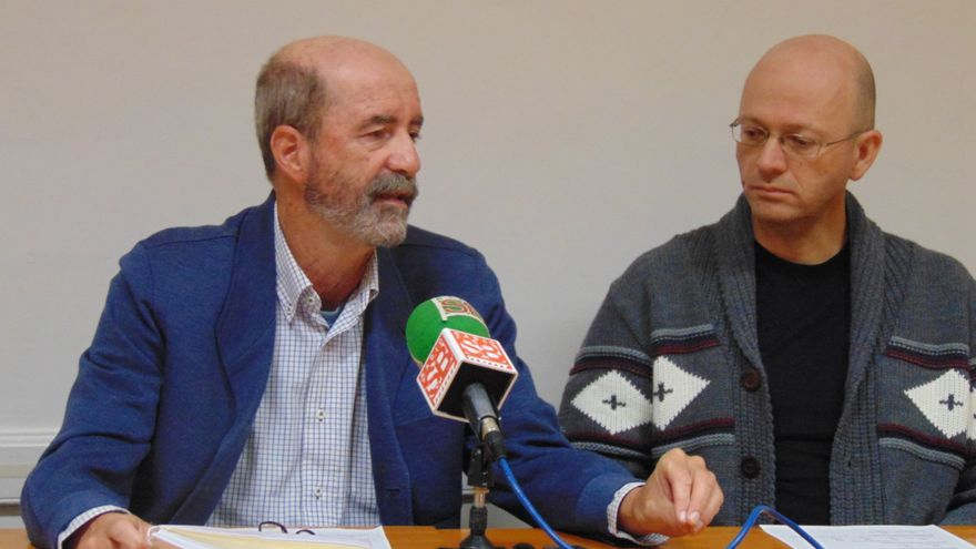 A la izquierda, Santiago Pérez durante la rueda de prensa