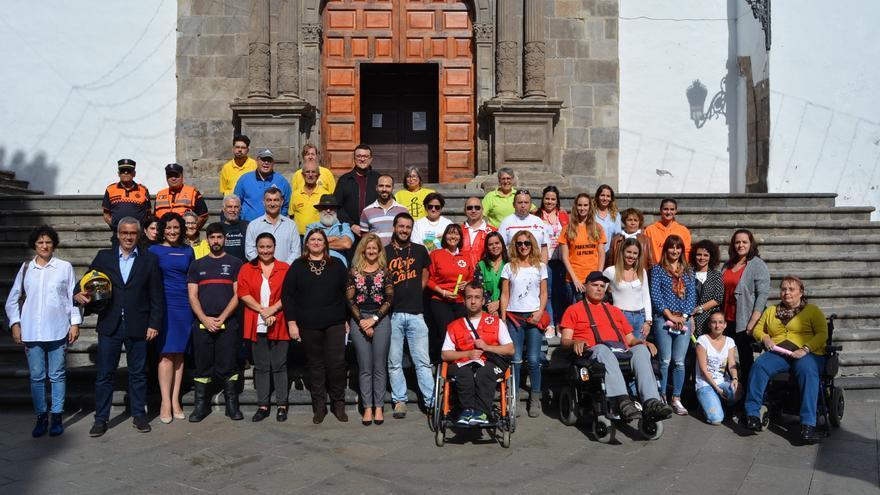 Participantes en la Feria del Voluntariado y autoridades.
