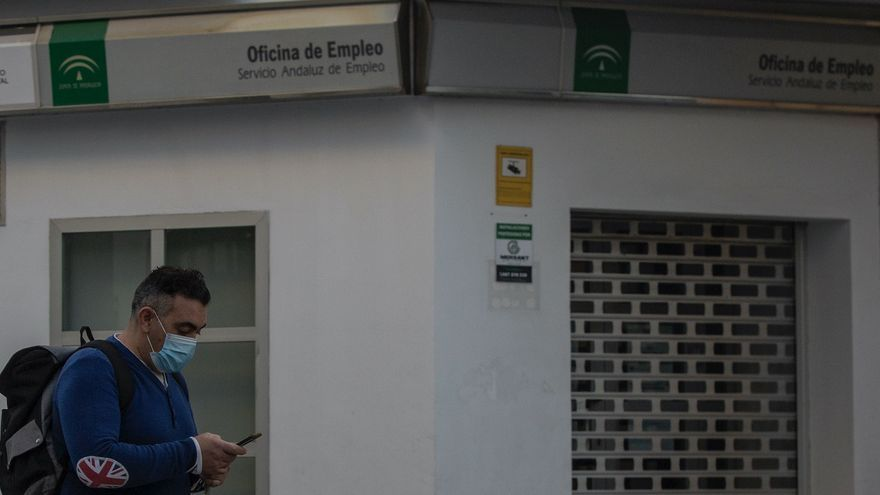 Un hombre protegido con mascarilla camina delante de una Oficina de Empleo, un día después de que el Gobierno de España anunciara las medidas de desescalada por la pandemia del coronavirus
