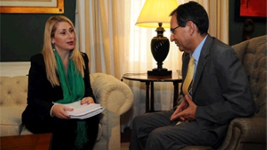 Antonio Castro se reunió con la presidenta de la Asociación Canaria de Víctimas del terrorismo, Lucía Jiménez.