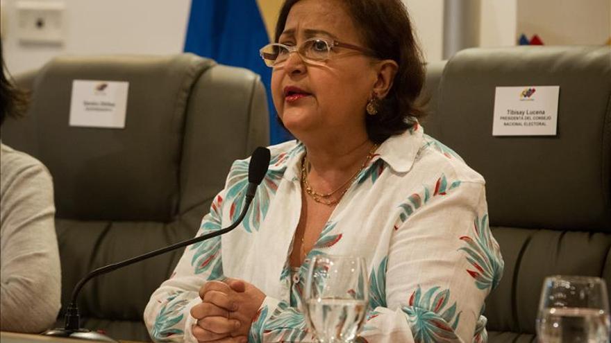 Presidenta de ente electoral venezolano advierte a extranjeros no acreditados