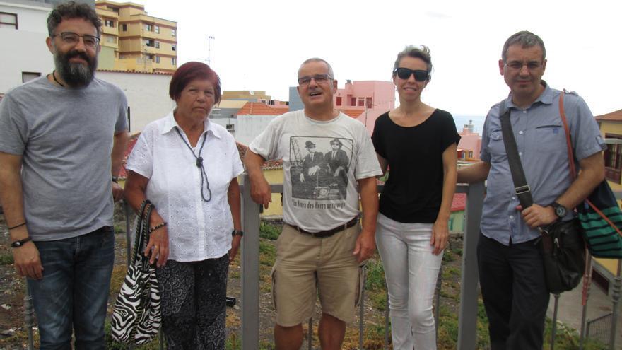 En la imagen, miembros de la Asociación de Vecinos La Canela junto al solar. Foto: LUZ RODRÍGUEZ