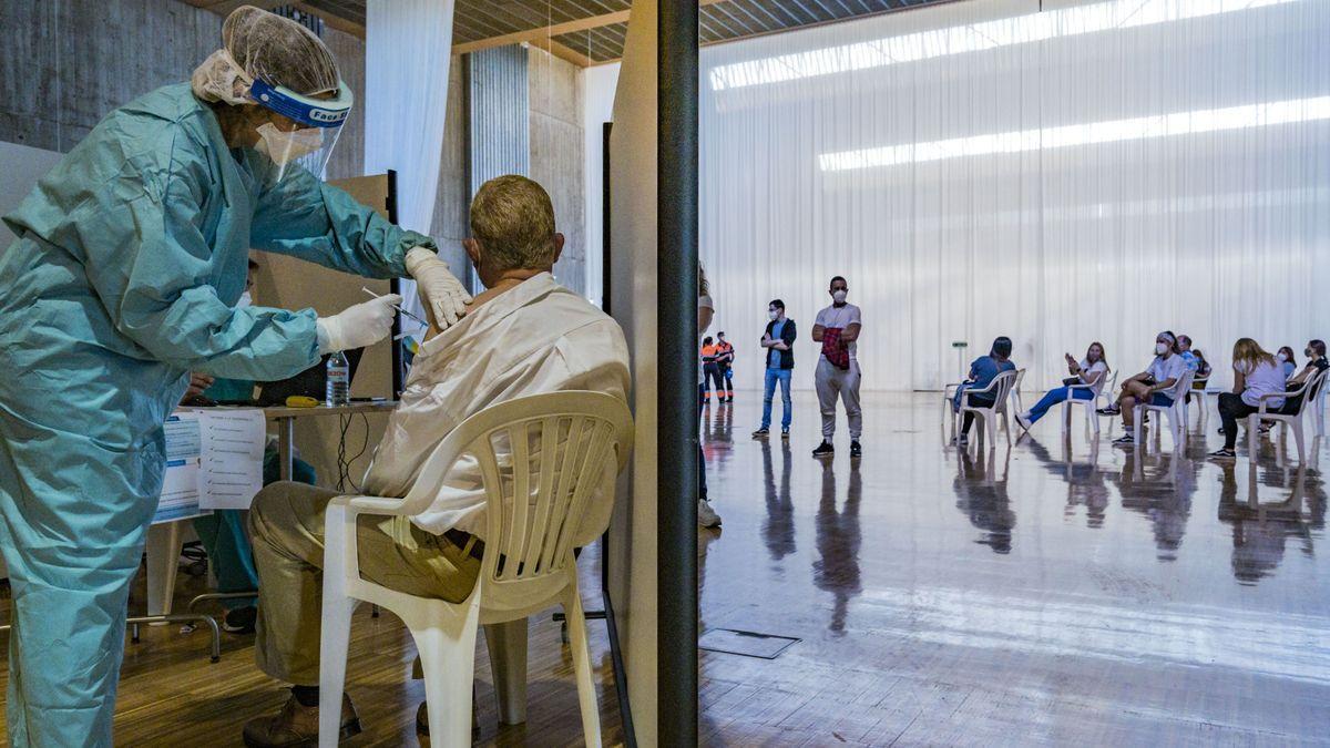 Una sanitaria vacuna a un hombre de más de 60 años en Santander.