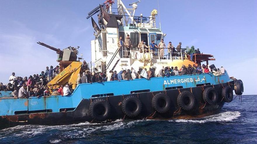 Imagen de archivo. Guardacostas libios trasladan a un grupo de migrantes a las costas libias tras ser interceptados cuando pretendían viajar a Europa en tres embarcaciones en mayo de 2015.