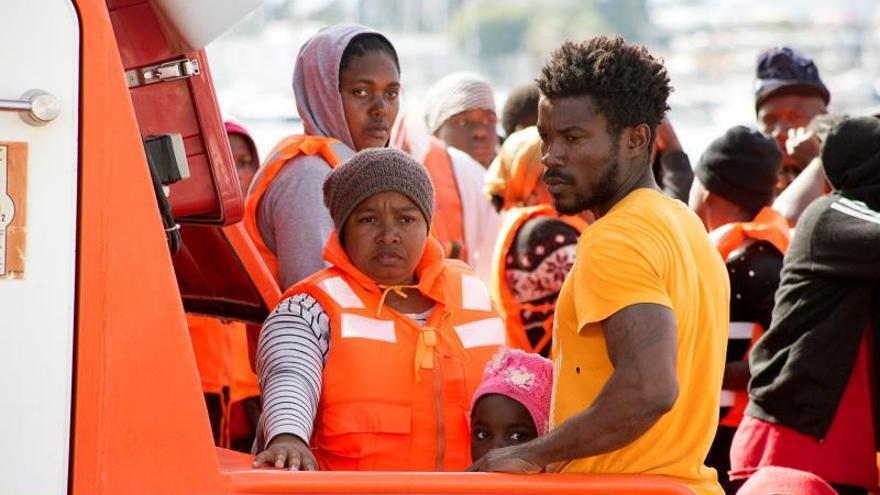 Mujeres, niños y hombres subsaharianos rescatados de su patera este fin de semana.