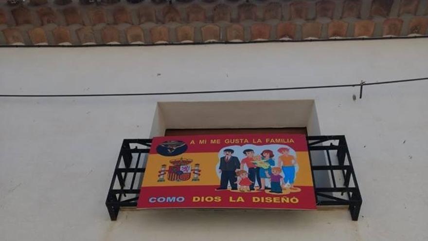Bandera expuesta en el balcón de la casa parroquial de El Ballestero, Albacete.