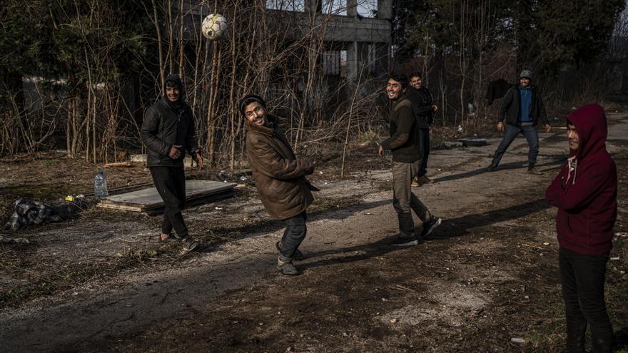Los días que sale el sol, el grupo de afganos de la fábrica juega al fútbol o al críquet
