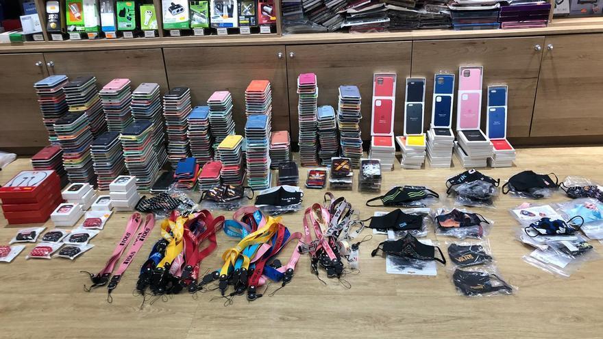 La Policía Local de Santa Cruz interviene en la última semana más de un millar de productos falsificados