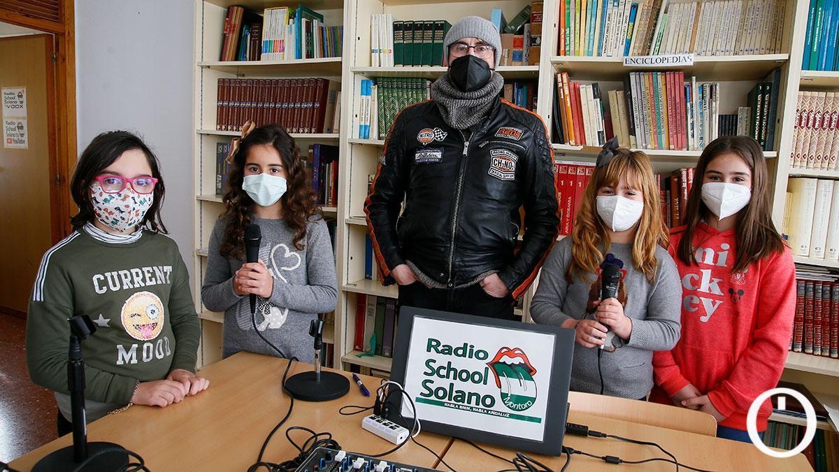 El profesor Rafa Madueño junto a alumnas participantes en los talleres de radio y video