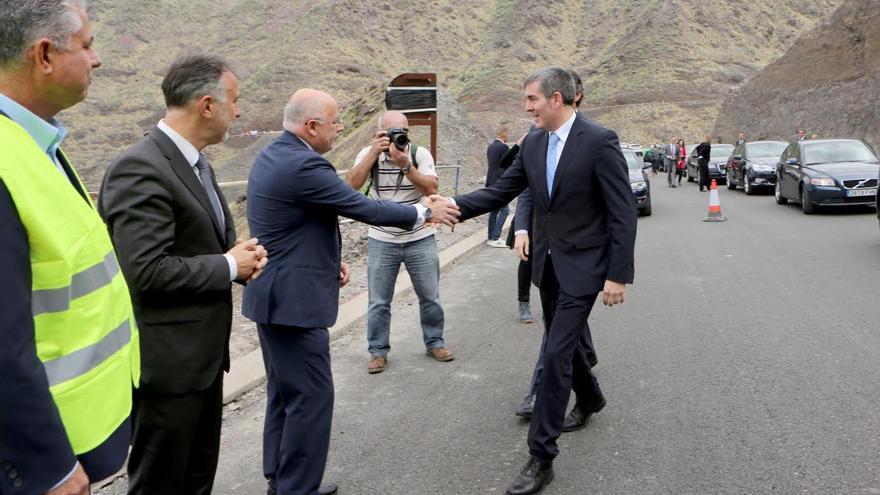 Fernando Clavijo saluda a Antonio Morales. (ALEJANDRO RAMOS)