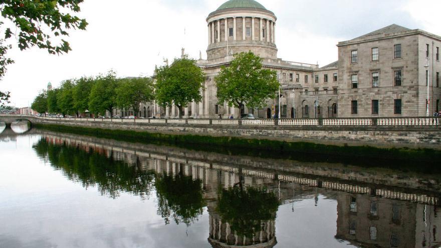Edificio de Four Courts, a orillas del Río Liffey, en Dublín.