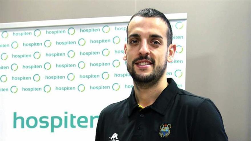 El alero Salva Arco durante su presentación como como nuevo jugador del Iberostar Tenerife, en Santa Cruz de Tenerife . EFE/Cristóbal García