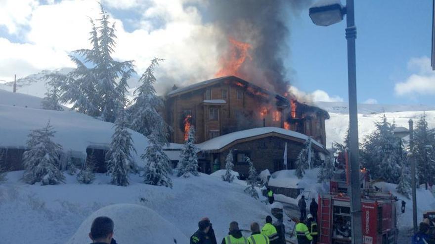 Realojados en hoteles cercanos los clientes del incendiado en Sierra Nevada
