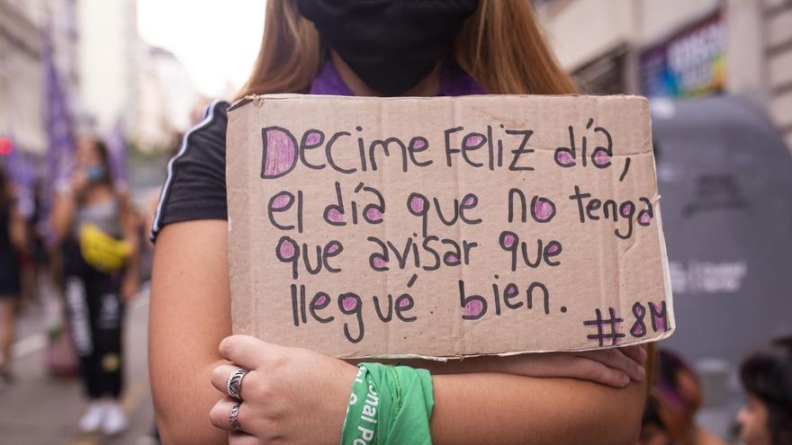 """""""El Estado es responsable"""" y """"Reforma judicial feminista"""": reclamos en la marcha feminista que llenó la Plaza Congreso"""