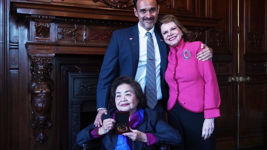 Setsuko Thurlow, sentada, muestra el premio Nobel de la Paz acompañada por Carlos Umaña y Ana Helena Chacón, embajadora de Costa Rica en España.