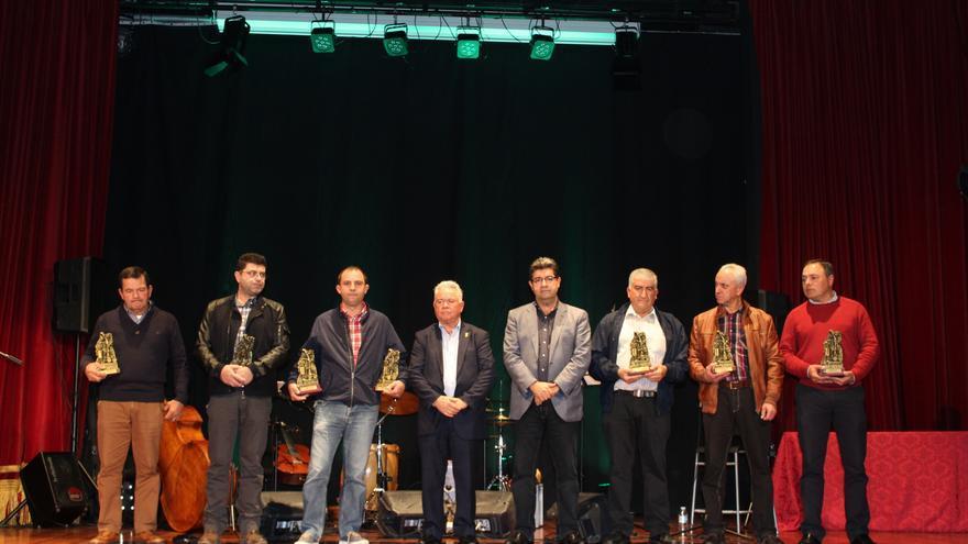Foto de familia con los bodegueros premiados, el alcalde y el presidente de Avite