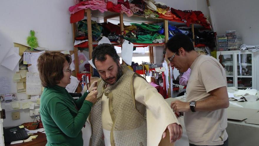 El taller, bajo la dirección de Raquel de Paz, avanza en estos días en la elaboración de los trajes para los más de 50 personajes que participan en el Carro Alegórico.