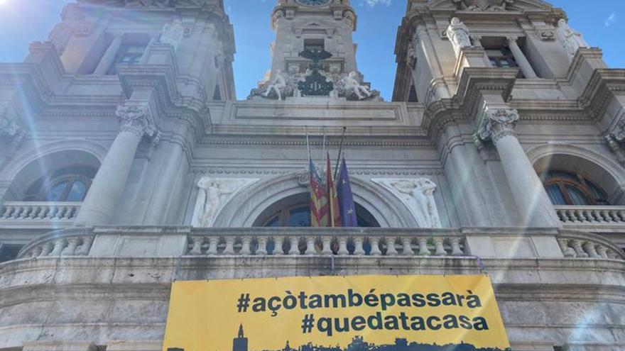 La pancarta desplegada en el balcón del Ayuntamiento con motivo del luto oficial