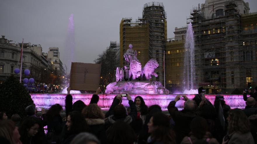 La Plaza de Cibeles, de violeta por el 8M / Olmo Calvo
