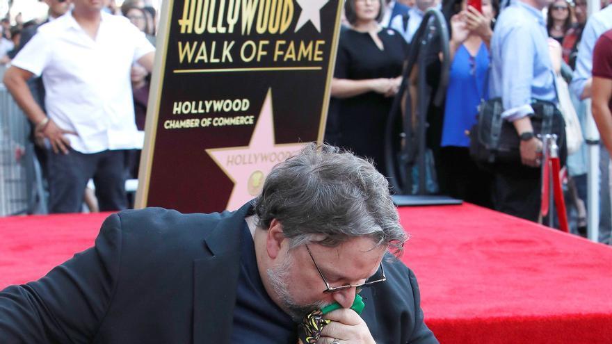 Guillermo del Toro besando la bandera mexicana en el Paseo de la fama de Hollywood