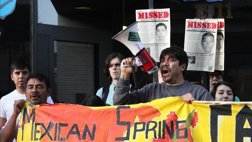 Mexicanos exigen en Washington justicia para los 43 estudiantes desaparecidos