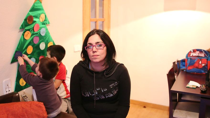 Damaris, en el salón de su casa, con Daniel y Samuel. / Marta Jara