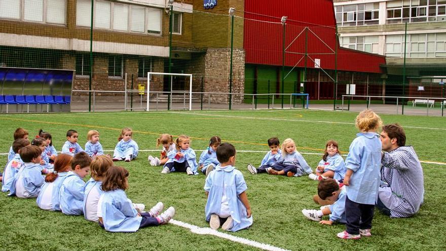 Niños de infantil en el campo del colegio La Mennais Berrio-Otxoa
