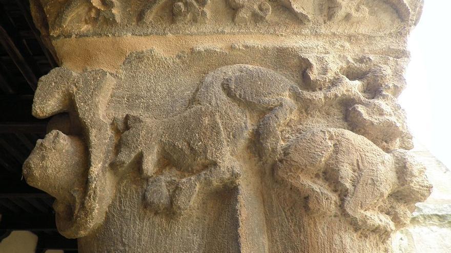 Perros ladrando a los cerdos (alegoría de los dominicos contra los herejes). Capitel del claustro de la iglesia de Santa María la Real de Nieva, en la provincia de Segovia. cc Wikicommons