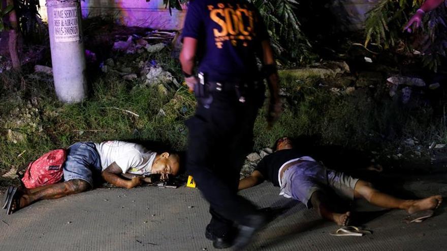 Fotografía donde se ven los cuerpos de dos sospechosos que fueron abatidos en una operación de la policía contra drogas ilegales