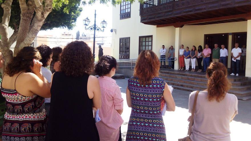 Minuto de silencio frente al Ayuntamiento de Arona por el asesinato de Brankima Modric