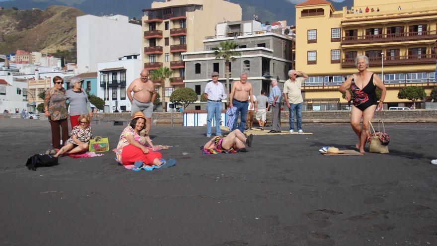Los primeros bañistas han accedido a la playa en la mañana de este jueves. Foto: JOSÉ AYUT