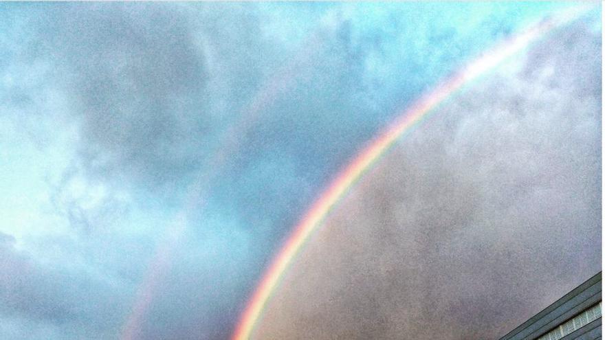 Impresionante imagen de un gigantesco arco iris sobre Santa Cruz de La Palma en la mañana de este martes.