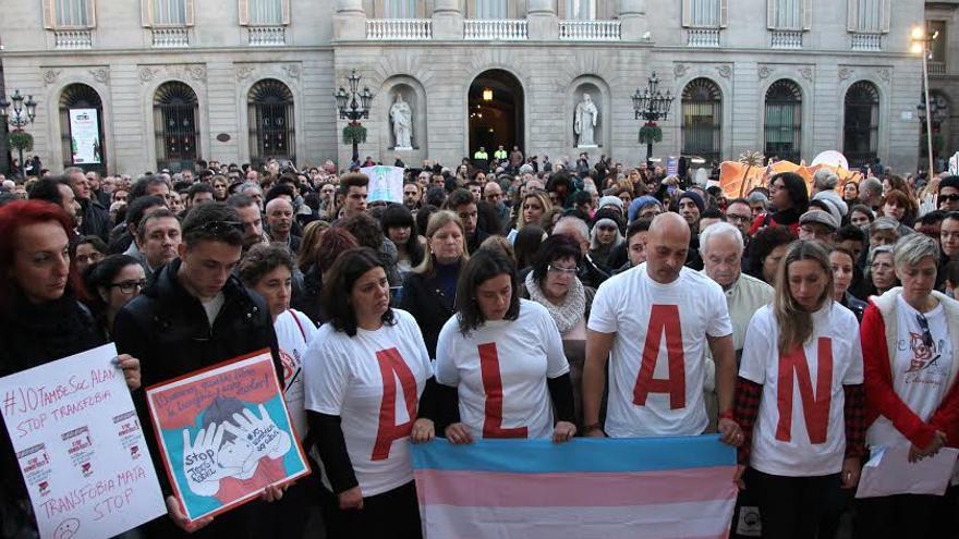 Els assistents a la concentració han format el nom del transexual Alan amb samarretes i espelmes
