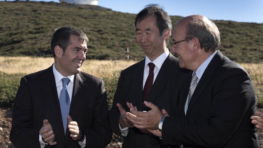 Takaaki Kajita, en el centro, junto Fernando Clavijo (izquierda) y Rafael Rebolo.