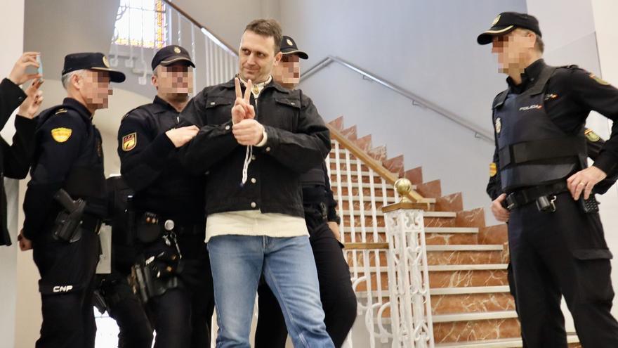 'Igor el Ruso', escoltado por varios policías a su entrada en la sala de la Audiencia de Teruel.
