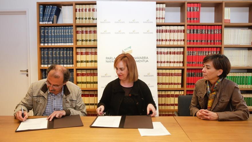 El Parlamento y la UPNA firman la entrega del material del Fondo Documental de la Memoria Histórica de Navarra