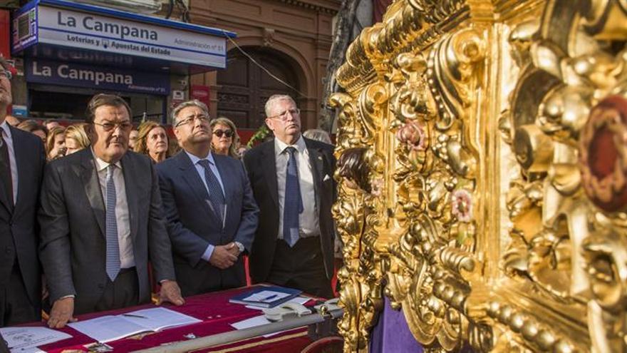 Los ministros Zoido y Catalá presencian la procesión de Las Cigarreras en Sevilla