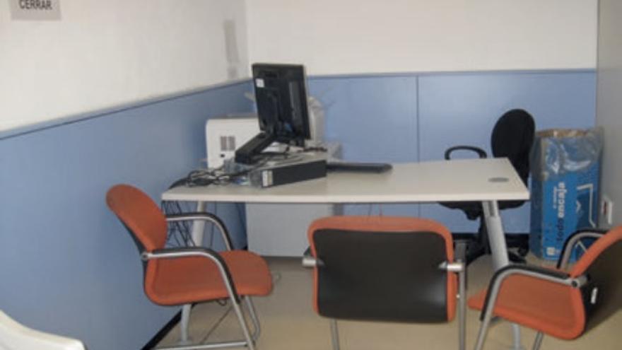 Despacho de la sala de inadmitidos para las entrevistas a los viajeros / DEFENSOR DEL PUEBLO