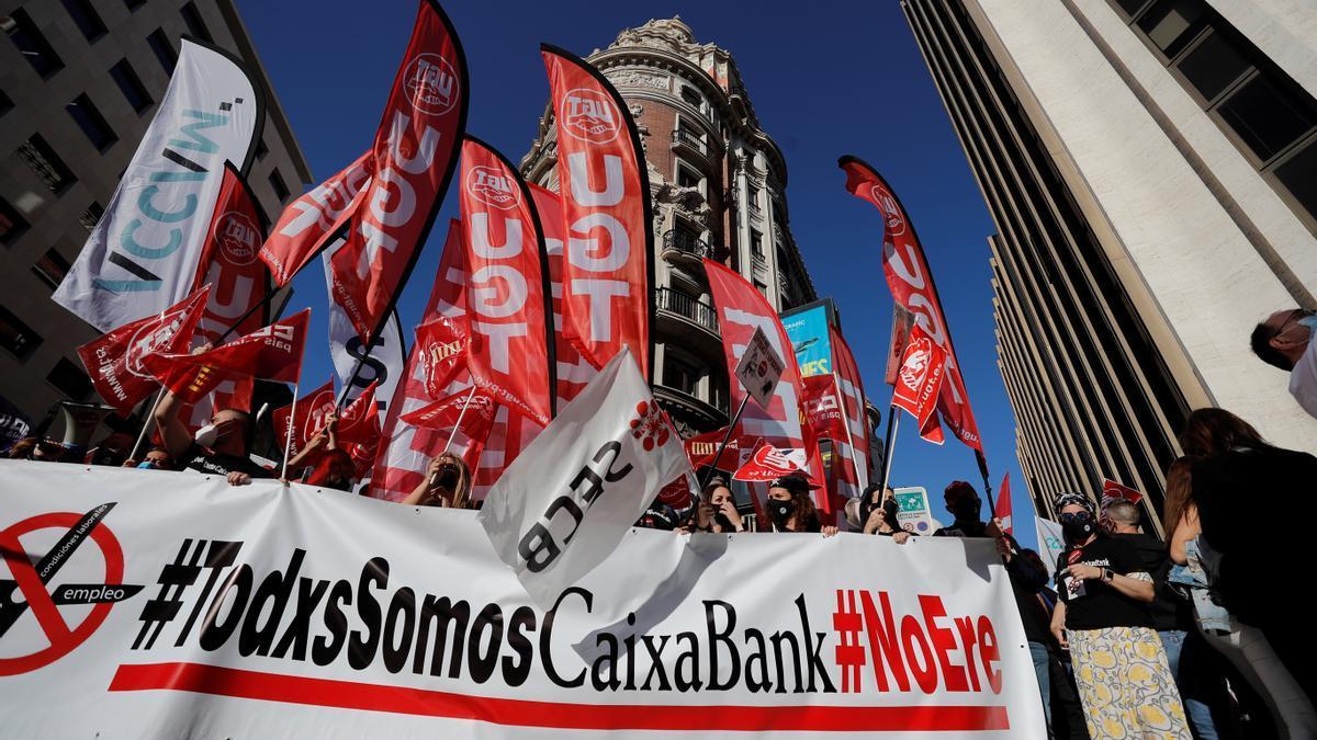 Concentración en protesta por el ERE de CaixaBank. EFE/Manuel Bruque/Archivo