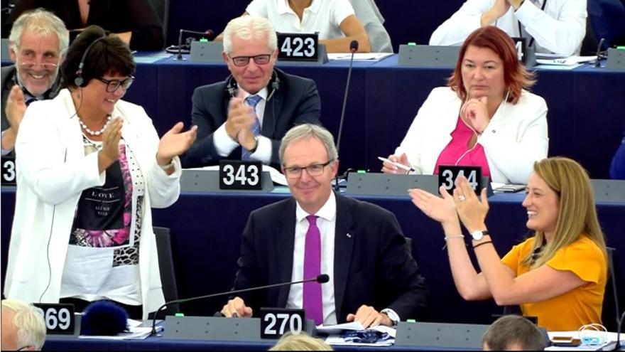 El diputado del PP Europeo, Axel Voss, es felicitado por sus compañeros de grupo tras la aprobación de su propuesta de directiva sobre copyright.