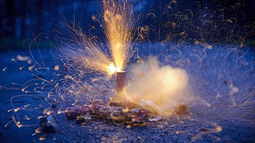 Unos petardos, en el suelo, a punto de explosionar.