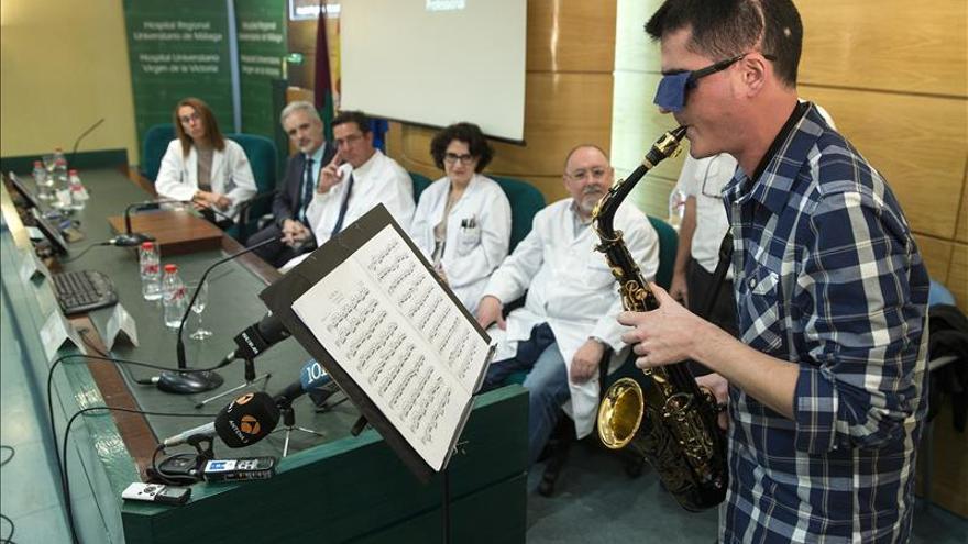 Extirpan un tumor cerebral a un joven mientras toca el saxo para evitar daños, por primera vez en Europa