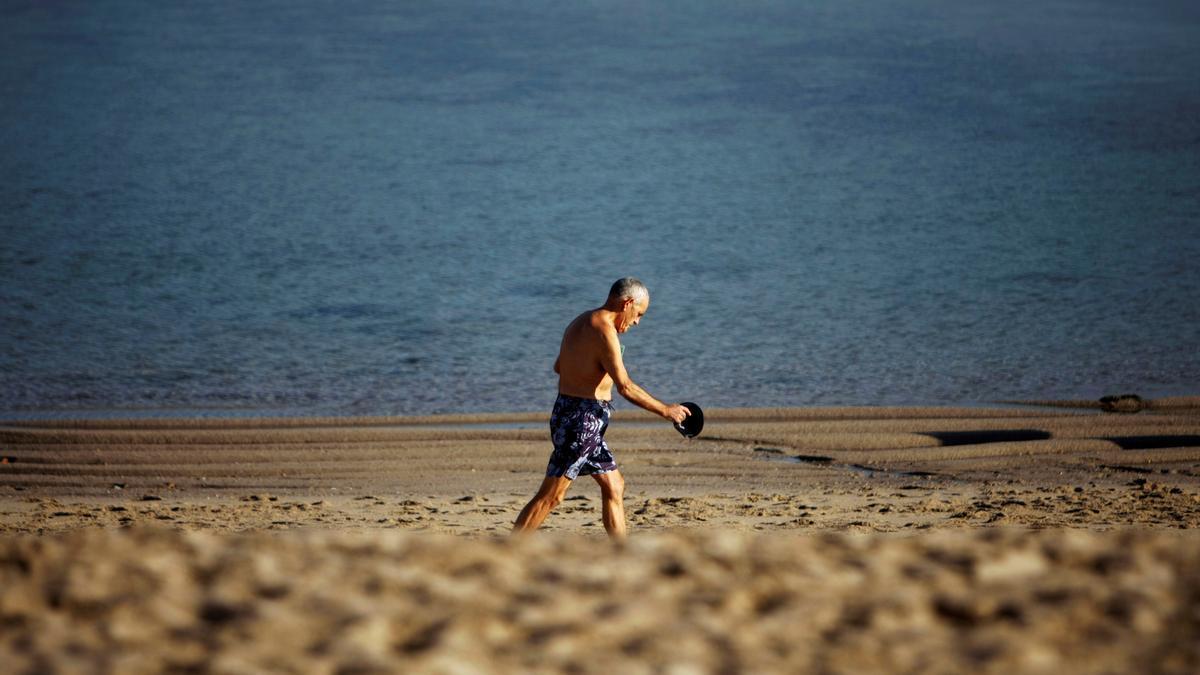 Un hombre camina este viernes por la playa de Riazor, en La Coruña.