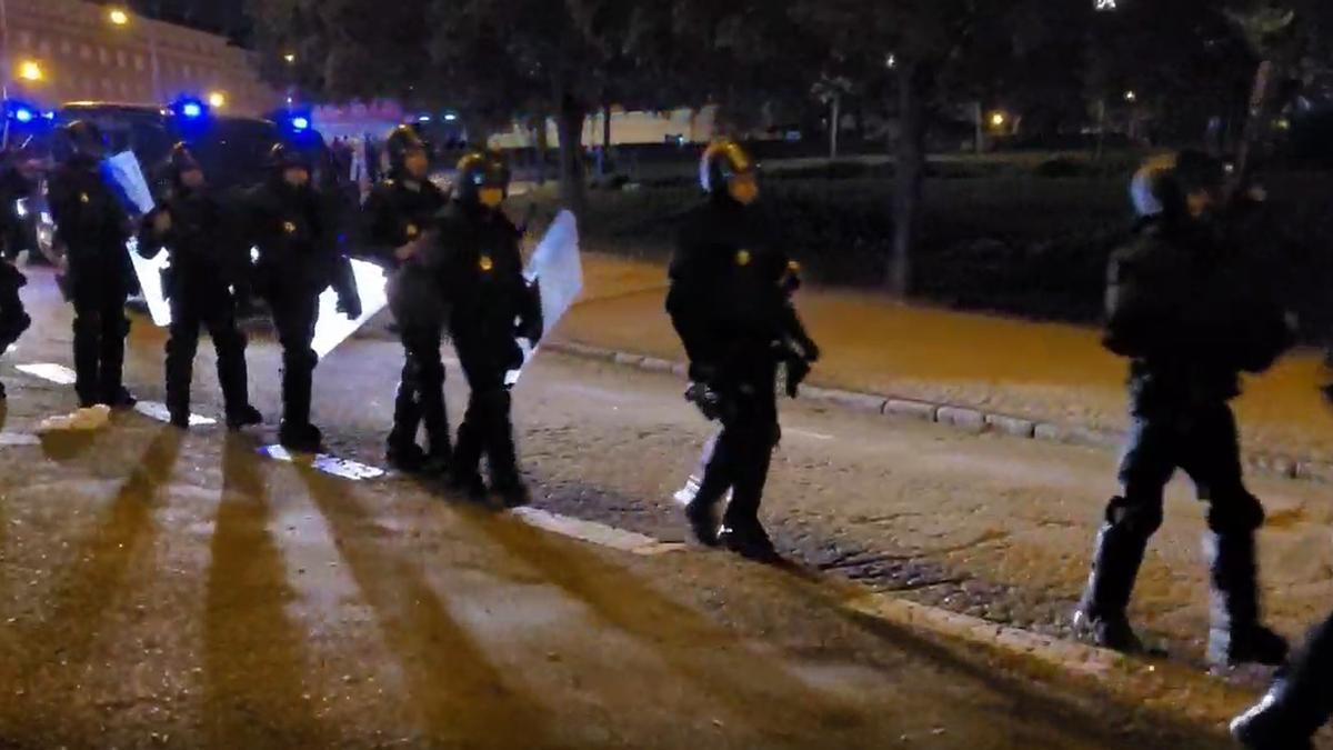 Agentes de Policía Nacional intervienen en un botelló en el Parque del Oeste de Madrid