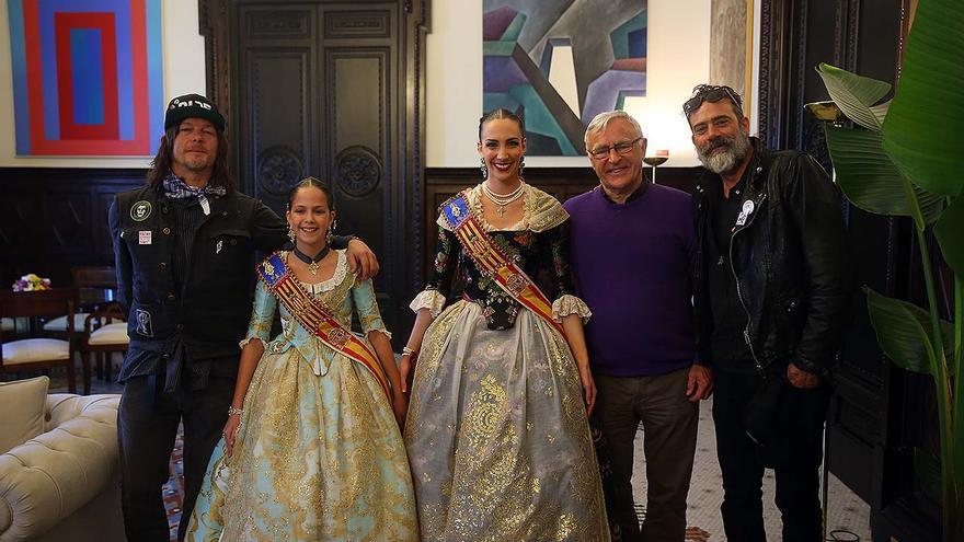 Los actores norteamericanos Norman Reedus y Jeffrey Dean junto a las falleras mayores y al alcalde de Valencia