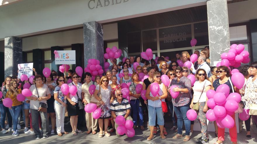 Concentración con globos color rosa en la puertas del Cabildo. Foto: LUZ RODRÍGUEZ.