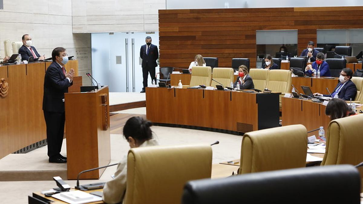 El presidente de la Junta de Extremadura, Guillermo Fernández Vara, durante su intervención en la segunda jornada del debate sobre el estado de la región